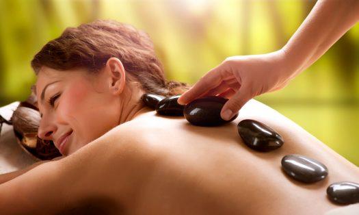 Gros plan sur le massage aux pierres chaudes